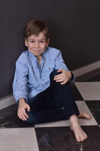 gyerek foto fiu studioban elegansan