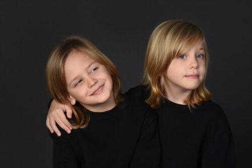 gyermek fotozas muteremben fekete hatteres