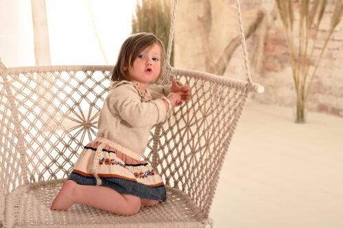 gyermek fotozas muteremben hintaval